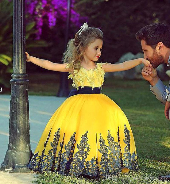 Linda princesa amarela vestidos de baile com mangas curtas tripulação pescoço saia puffy apliques de renda meninas pageant vestidos de flores BO7249