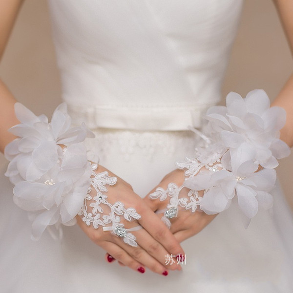 Cheap New Lace Appliques Short Wrist Length Gloves For bride Fingerless Wedding Accessories Crystal Flowers Red White Bridal Gloves