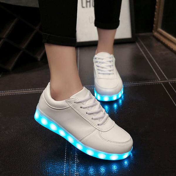 Großhandel LED Schuhe Männer Frauen Schwarz Weiß Farbe Leuchtende Schuhe Bunt Glowing Unisex Sneakers USB Lade Licht Schuhe Freizeit Flache Schuhe Von