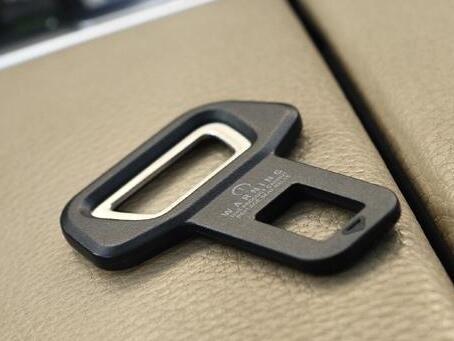 Nuovo Arrive Car clip da cintura di sicurezza Brand New e di alta qualità Car Seat fibbia della cintura Apribottiglie montato su veicolo Dual-use