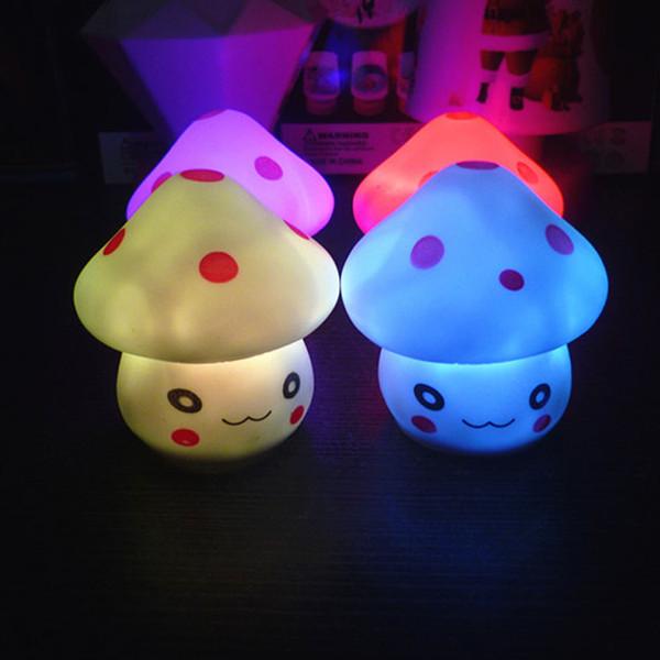 Colorida luz de la noche de los champiñones Luz de cambio automático del color Botón lindo Batería LED Iluminación de interior lámpara nocturna para decoraciones navideñas 110049