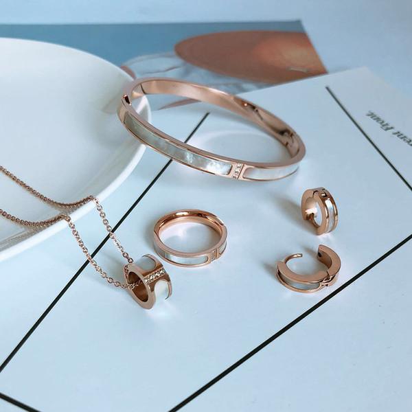 Nuevo traje de joyería Collar de acero de titanio pulsera de moda para mujer anillo de tres diamantes ventas al por mayor