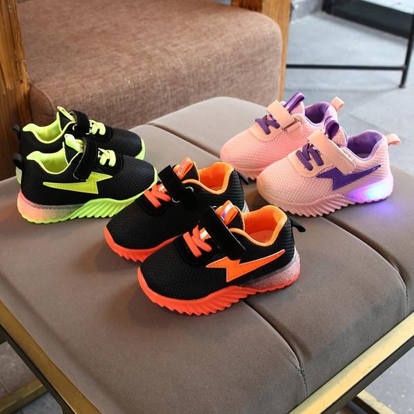 Novas Crianças luminosos Shoes Crianças Meninas Meninos malha respirável Flashing Lights Moda Sneakers Criança Criança LED Sneakers CJ191213
