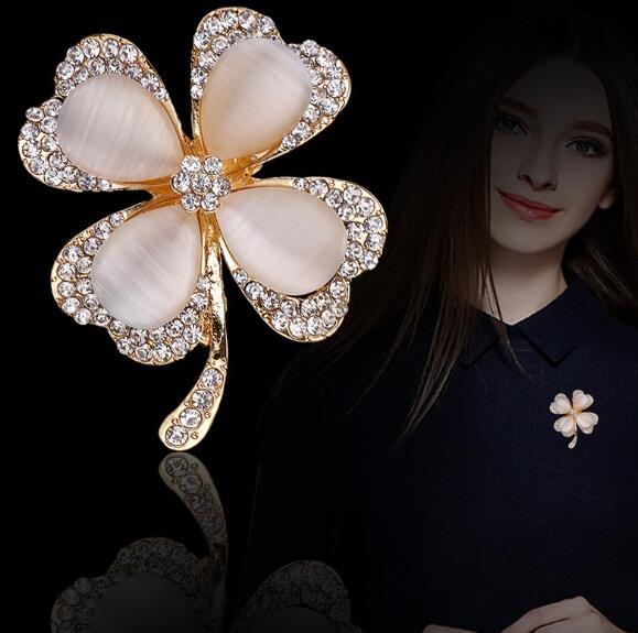 New fashion diamond-encrusted cat's eye brooch pin Exquisite four-leaf clover flower brooch women's fashion clothing accessories spot wholes