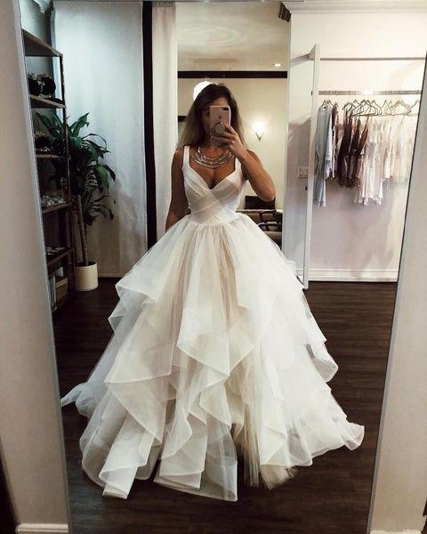 Vestido de novia de tul con volantes en color marfil 2019 Correas de tanque con cuello en V elegantes Acanalado Puffy Princesa Vestidos de novia Vestidos de talla grande