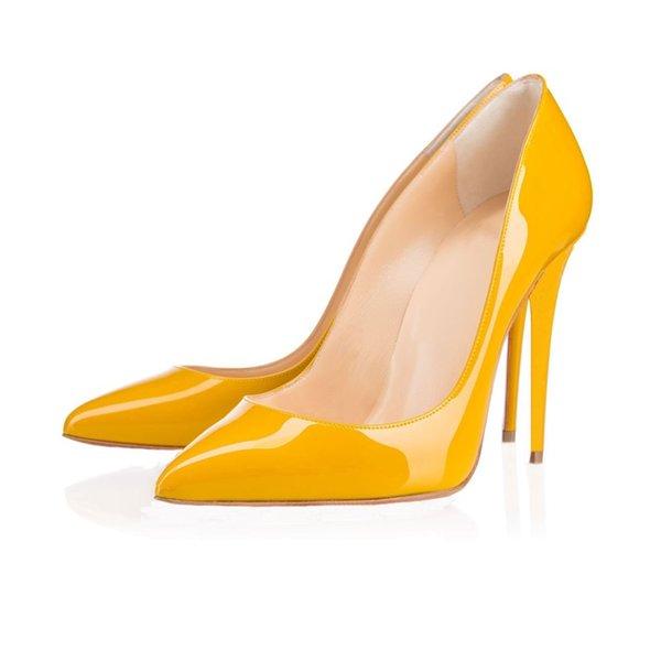 En punta del dedo del pie de cuero amarillo