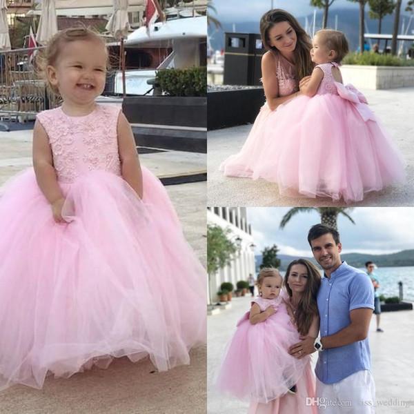 2019 niedlichen geschwollenen Ballkleid Spitze Blumenmädchenkleider für Hochzeiten Kleinkind maßgeschneiderte Festzug Kleider Tutu Kinder Erstkommunion Kleider