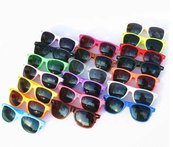 2019-Womens e Mens mais barato moderna praia óculos de sol óculos de sol de plástico estilo clássico 17 cor
