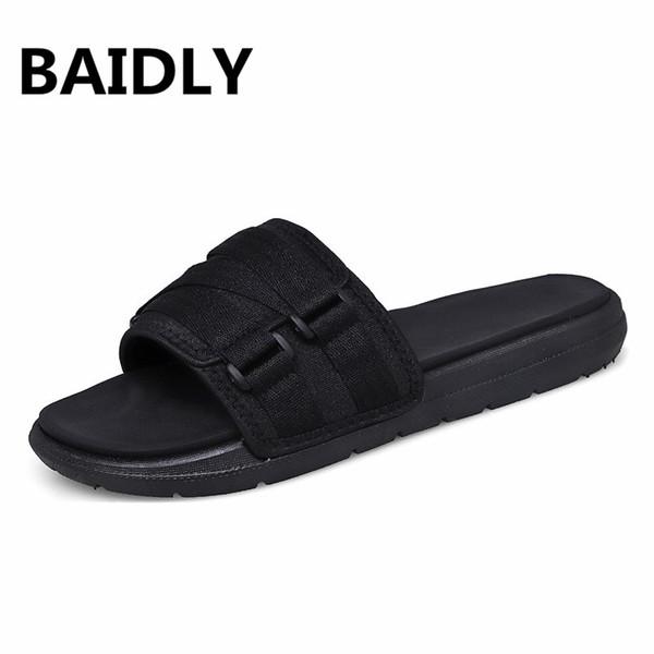 Zapatillas de hombre Nuevas sandalias casuales Moda de verano Hombres Chanclas clásicas Zapatillas de playa suaves y suaves Zapatos de moda masculina Outddor Shoes