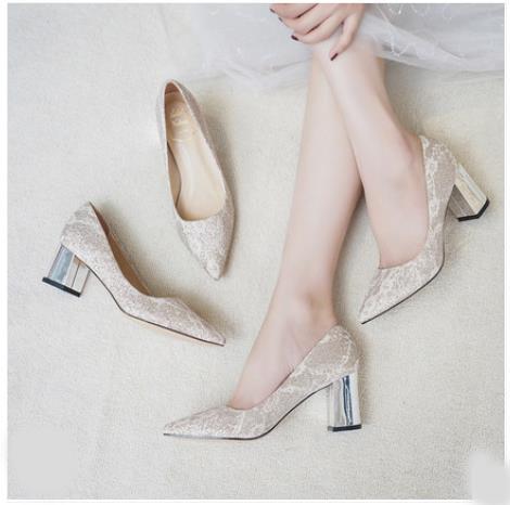 2019 nouveau style ... Chaussures de mariage, chaussures en dentelle dorée, talon épais, talon chaton, accessoires de mariée. Livraison gratuite, activité de fête la mieux choisie