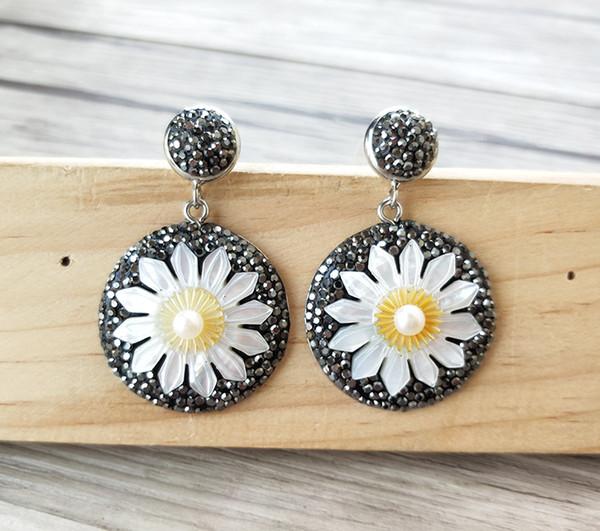 Moda Shell tallado margarita encantos gota cuelga los pendientes, Pavimenta Rhinestone Pendientes de perlas de Cristal Joyería Para Mujeres ER757