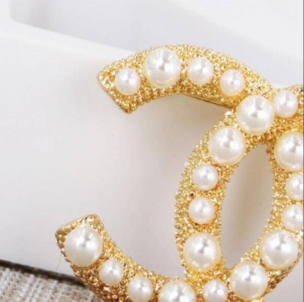 Nueva broche de alta calidad femenina perla carta broche de joyería accesorios de regalo al por mayor entrega rápida