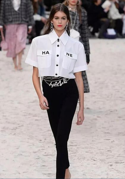 Die neue Sommer-Modenschau für Damen mit kurzen Ärmeln in Paris ist voll von beiläufigen kurzen T-Shirts für Damen