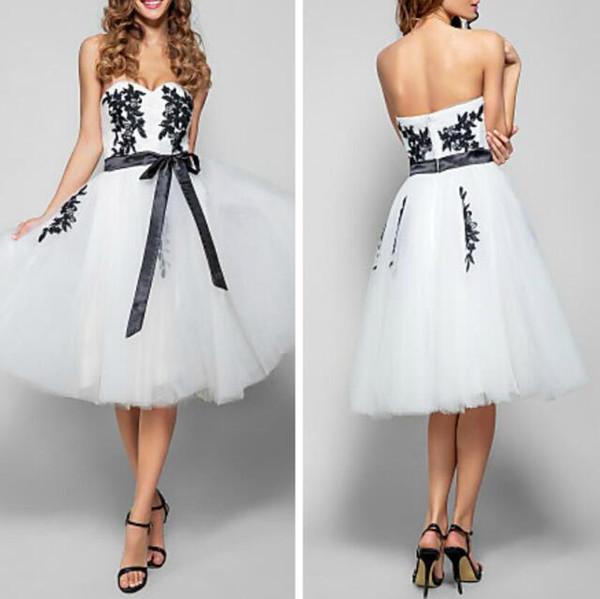 Jolie robe de bal sweetheart decollete longueur au genou tulle cocktail robe de demoiselle d'honneur avec des appliques noires