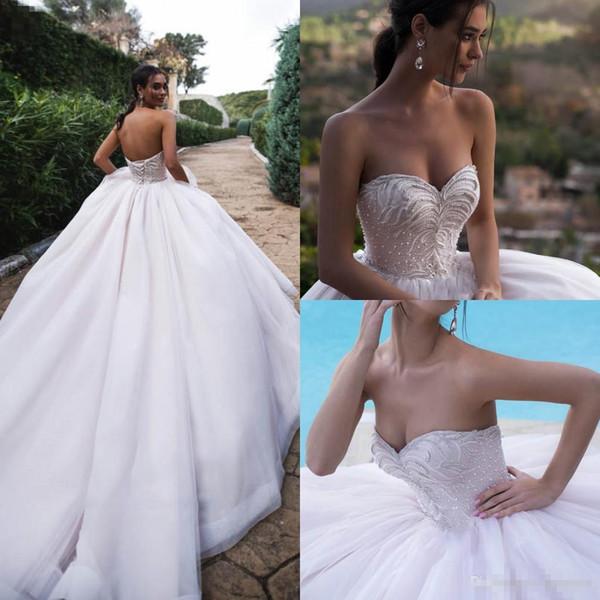 Tul blanco una línea de vestidos de novia de boho 2019 novia sexy sin respaldo de encaje de perlas cristales vestidos de novia tren de barrido vestido de bola vestido de novia