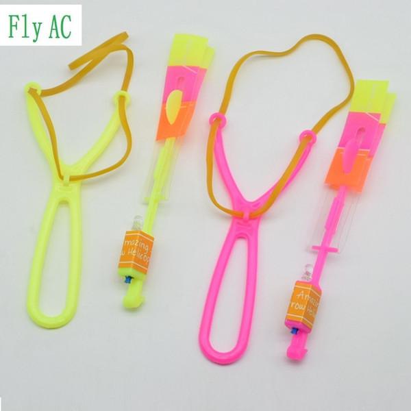 Juguetes de la novedad de la mordaza juguetes luminosos 50 unids o 100 unids increíble LED Light Arrow Rocket Helicopter giratorio Flying Toy Party Fun regalo luz azul