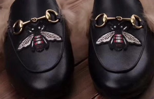 Noir / une grosse abeille