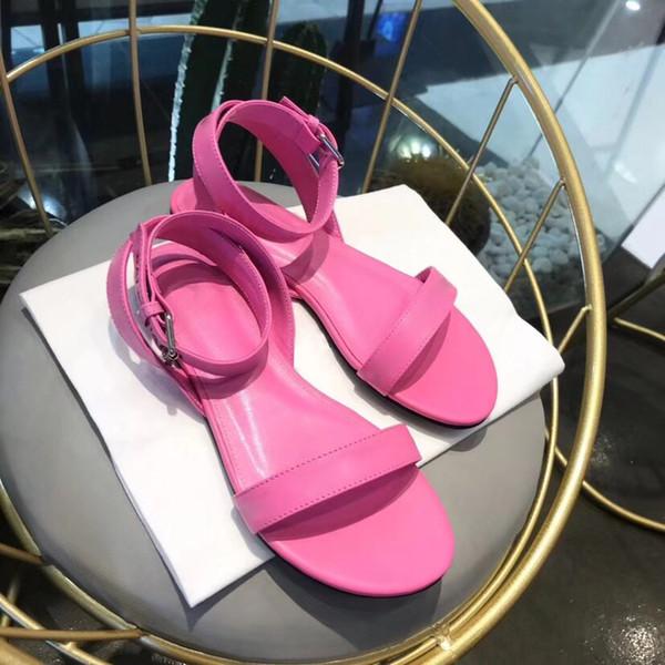 Logotipo de cuero Señoras impresas Sandalias de color rosa Correas de tobillo Sandalias de punta abierta Zapatillas planas Diseño suave Diario Verano Simplemente estilo