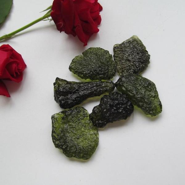 10-12g Envío gratis Natural Moldavite Checo natural meteorito caída piedra áspera cristal Energía de piedra entrega al azar