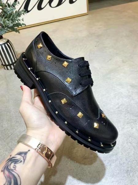 Nuevo estilo coreano para mujer Negro Oxfords Oficina Zapatos de cuero de grano completo Remaches de oro Zapatos formales Mujer