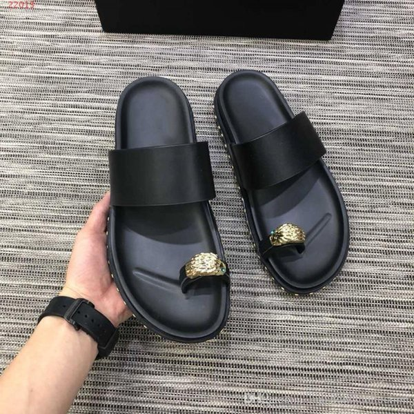 New fashionable spring and summer men's slippers, black multi-style flat slippers, holiday beach shoes, size 38-45, selling like hot cakes