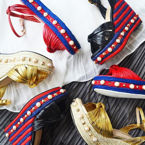 Plate-forme compensée à la cheville Sangle de la perle du spectacle Sandales pour femmes Peep Toes Rivets tresse de paille Escarpins à talons hauts d'été Chaussures à semelle patchwork