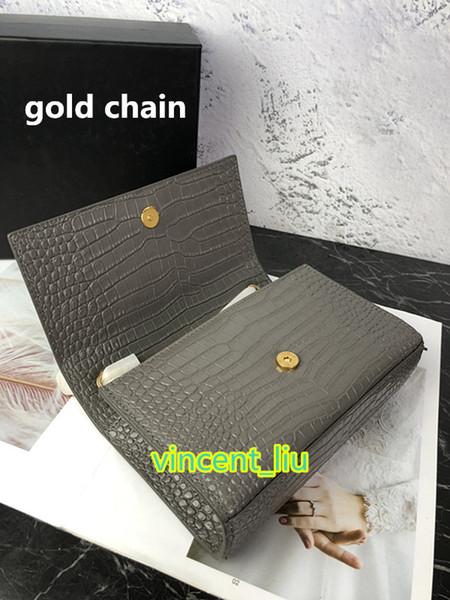 gris con cadena de oro