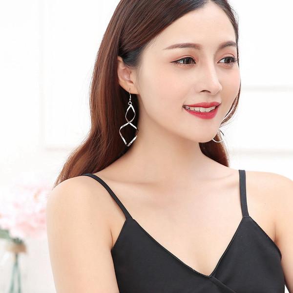 Femmes élégantes boucles d'oreilles brèves spirale flexion boucles d'oreilles courbe ondulée en argent boucles d'oreilles de mode pour les femmes mûres