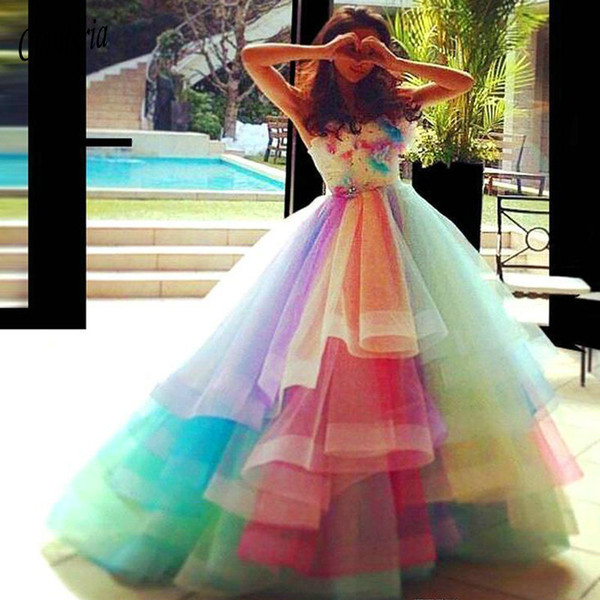 Colorido Sweety Tulle Ball Gown Vestidos de quinceañera Strapless Layered Ruffles Sweep Train Princess Prom Vestidos de fiesta con encaje UP