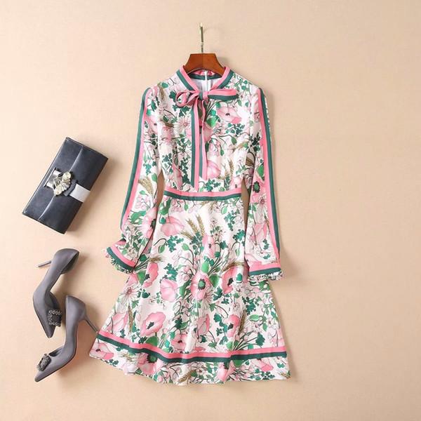 2019 Весеннее платье с длинным рукавом и круглым вырезом с цветочным принтом и завязывающимися лентами Платье длиной до колен Роскошные платья для подиума из шелка M2522L3