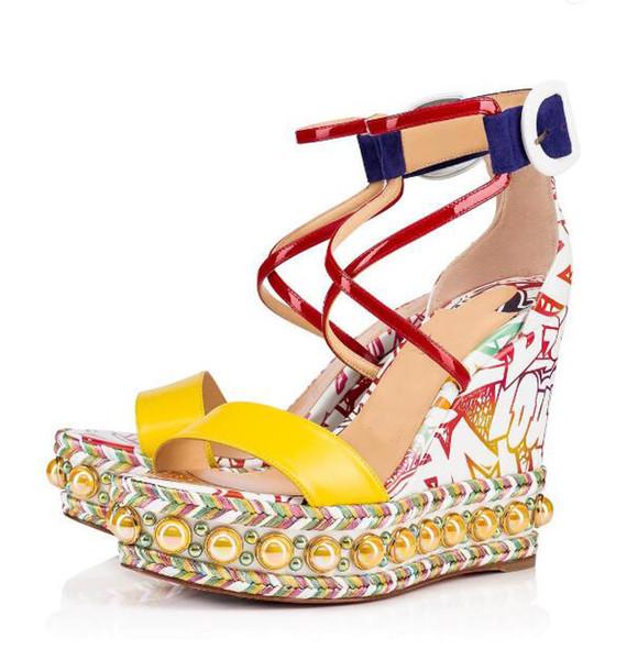 Dama de lujo zapatos rojos para las mujeres Chocazeppa Sandalia Wedge Pearls Studs Mujeres Correa del tobillo Sandalias de gladiador Vestido de boda del partido Y