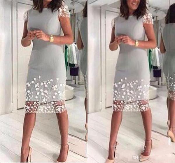 New Bainha baratos Silver Grey Mãe Off Noiva Vestidos Jewel Neck Satin comprimento do joelho Flores Brancas Plus Size Mãe da noiva Vestido