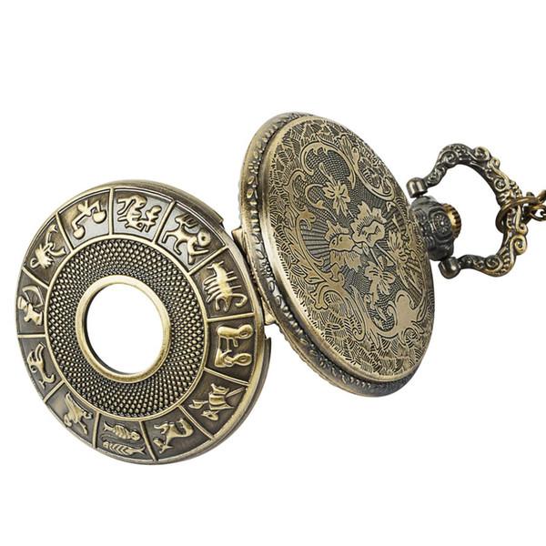 Reloj de bolsillo de cuarzo dorado de lujo de época. Cadena de dial digital romana. Collar de hombre y mujer presente.