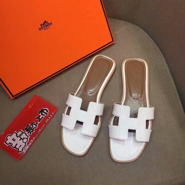 La dernière en cuir en relief plat pantoufles occasionnels 9832 Whtie femmes pantoufles pilotes sandales diapositives baskets pantoufles en cuir