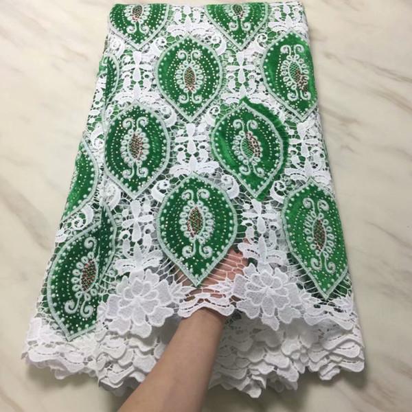 Grüne / weiße nigerianische Milchseiden-Spitzenstoffe Afrikanische Schnur-Samt-Spitzenstoffe 2019 Guipure Mesh Baumwolle Material Farben Steine PV