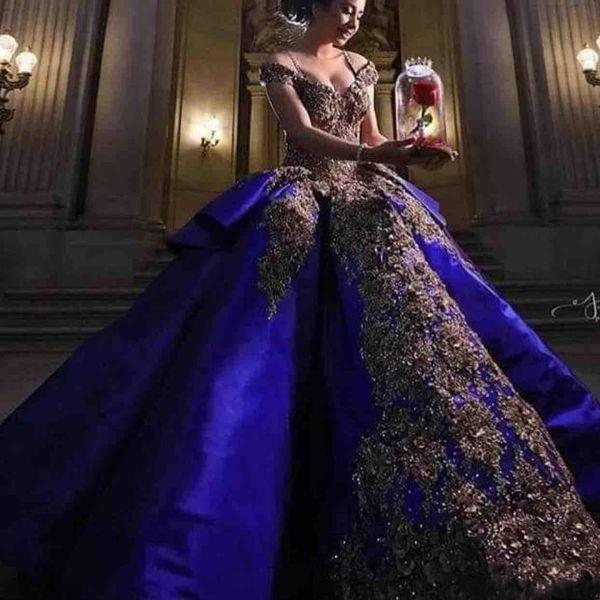 2019 Vintage Luxury Ouro Bordado Azul Royal Vestidos Quinceanera vestido de Baile Doce 16 Vestido Fora Do Ombro Masquerade Pageant Prom Vestido