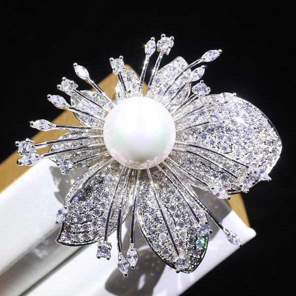 wholesale Korean pearl brooch fashion white flowers flash cool cool simple brooch to enhance temperament
