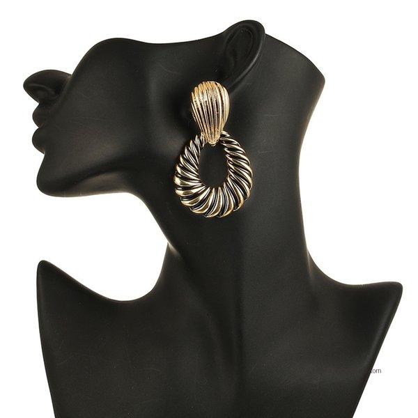 Orecchini pendenti in oro con ciondoli colorati per donna