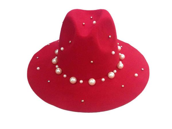 Kırmızı fötr şapkalar