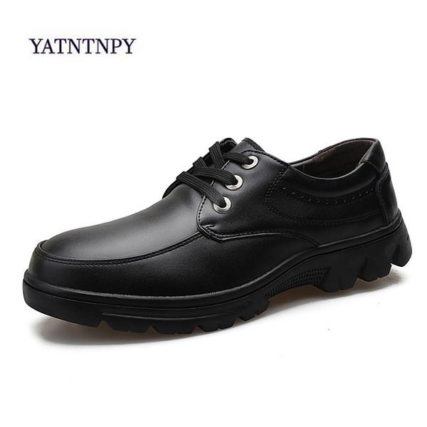 YATNTNPY nuevos zapatos de cuero suave zapatos de hombre de mediana edad vestimenta casual vestido plano de los hombres