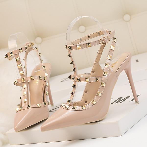 Nuovi stiletti sexy da discoteca in stile europeo di marca con tacchi a punta rivetti in pelle verniciata sandali alla moda romana da donna