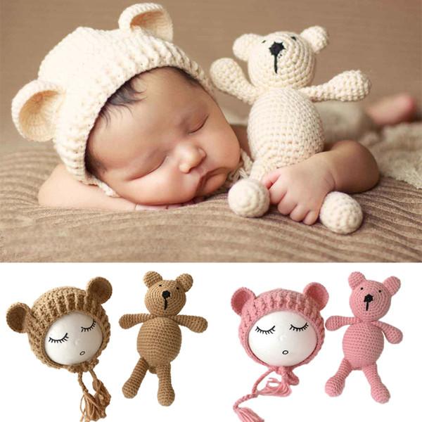 Neugeborenen Fotografie Requisiten Zubehör Hut Kappe + Puppe Sets Infant Bebe Weiche Motorhaube Handgemachte Strickmütze Bär Spielzeug Q190521