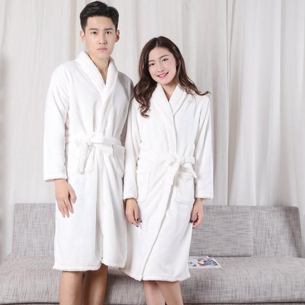 quelques chemises de nuit en flanelle, hommes et femmes, peignoirs blancs, velours corail, pyjama à manches longues, vêtements de maison, peignoirs.