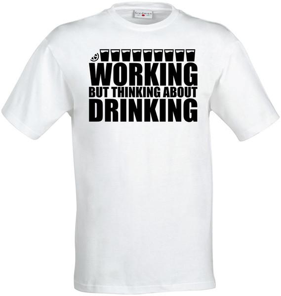 Trabalhando Mas Pensando Beber homens (mulher disponível) camiseta branca Engraçado frete grátis Unisex Casual Tshirt