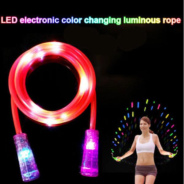 La corde de lueur clignotante fraîche sautant l'effet d'étape de lumière de LED pour des enfants exerce la corde de saut de lueur de nuit
