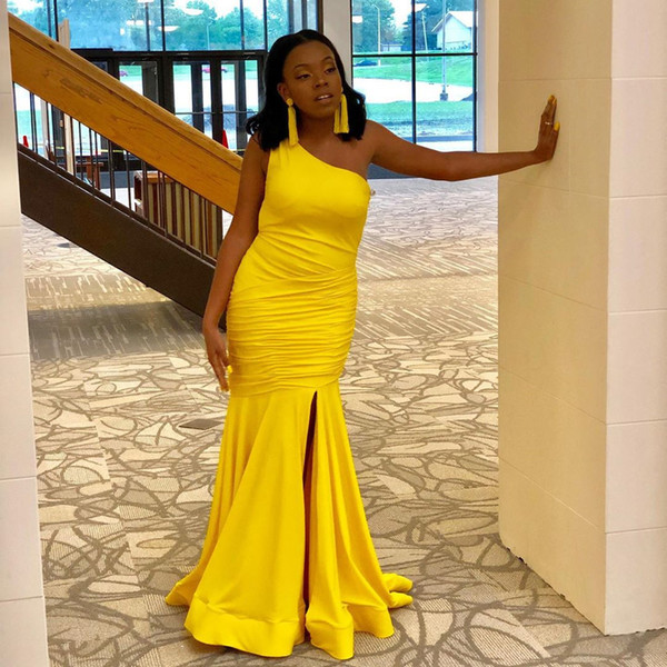 Abiti da sera con una spalla Abiti da ballo lunghi a sirena gialla Vestido De Festa Pieghe senza maniche Abito formale Fessura