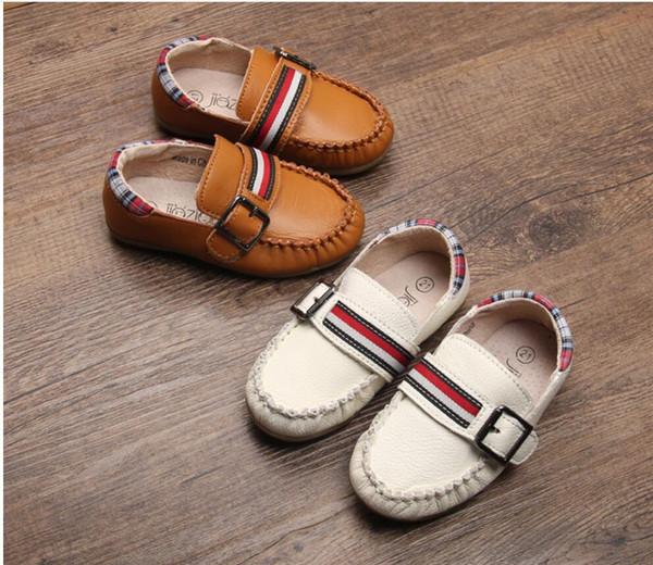 Moda en blanco y marrón color estrella diseño 100% cuero genuino zapatos de bebé al por mayor 100 par / lote 13.8-15.8 cm diseño de coche de músculo de vaca