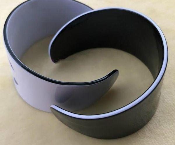 Nova Moda acrílico pulseiras logotipo gravado acessórios de moda símbolo de moda pulseira De Luxo cor preto ou branco partido presente