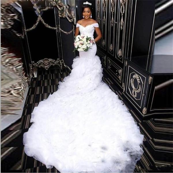 2018 Moderno Plus Size Africano Sereia Vestidos de Casamento Fora Do Ombro Em Camadas Babados Organza Rendas Apliques de Catedral de Trem Vestidos de Noiva