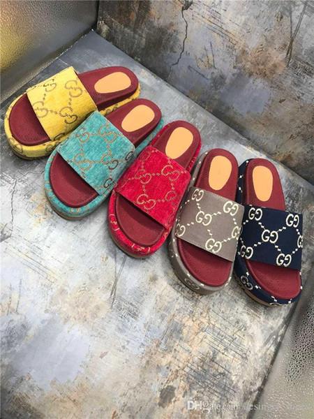 Kadınlar için Kalın taban terlik, Kırmızı çilek renkli sandaletler Yüksek su geçirmez platformu kaymaz Mektupları terlik tuvaline